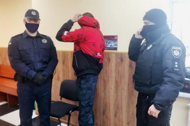 На Київщині неповнолітній прийшов на власний суд з наркотиками