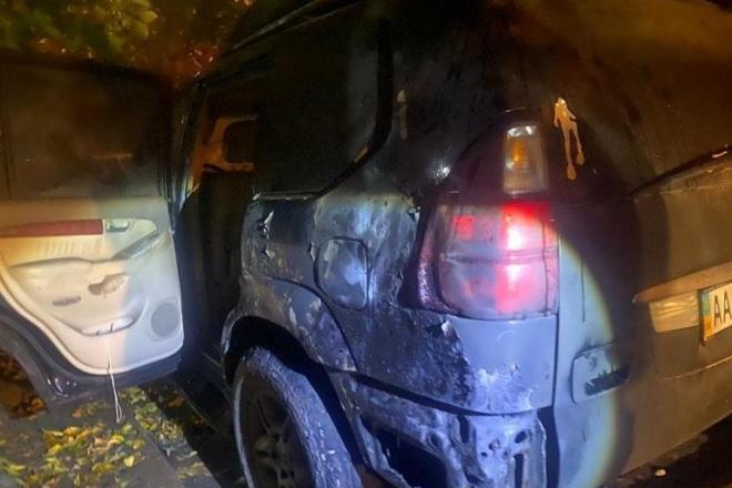 Серійний палій за годину пошкодив три авто на Печерську (ФОТО)