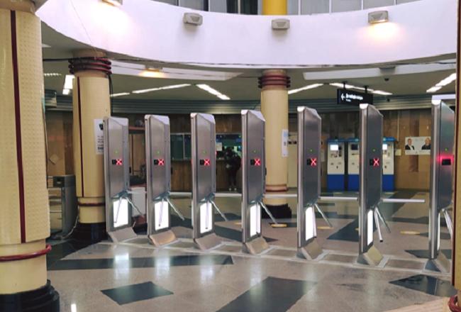 """""""Більше не будуть перестрибувати"""". Як виглядають нові турнікети метро"""