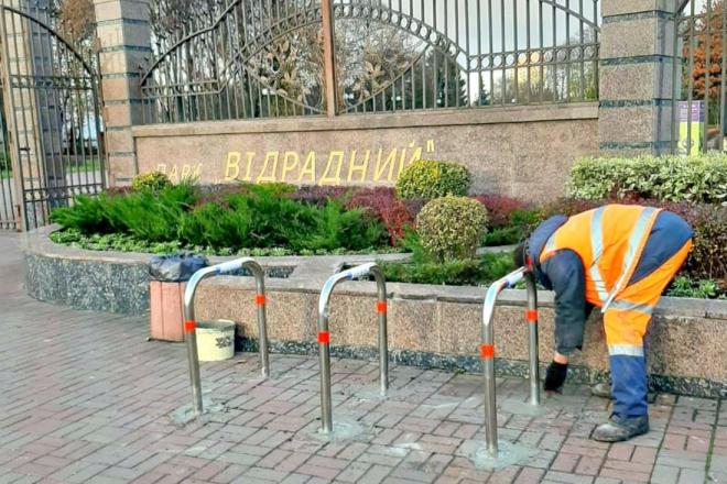 Біля двох парків у Солом'янському районі встановили велопарковки (ФОТО)