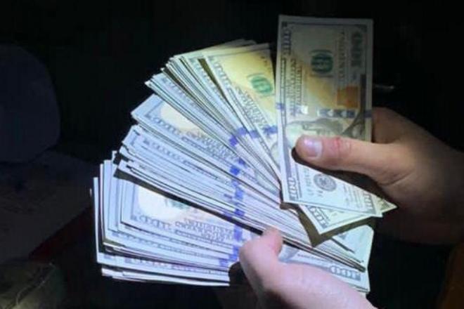 У Києві злочинці продавали підроблені долари нового і старого зразків (ФОТО)