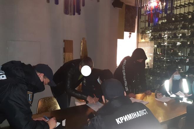 Хроніки карантину. На Печерську поліція брала штурмом ще один ресторан (ФОТО)
