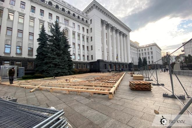 Перед Офісом президента монтують новорічну ковзанку (ФОТО)