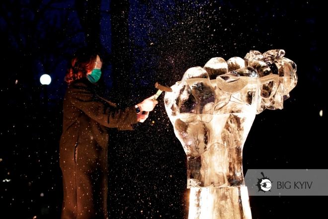 Молотками проти кулака: як у сквері Києва розбивали льодову скульптуру (ФОТО)