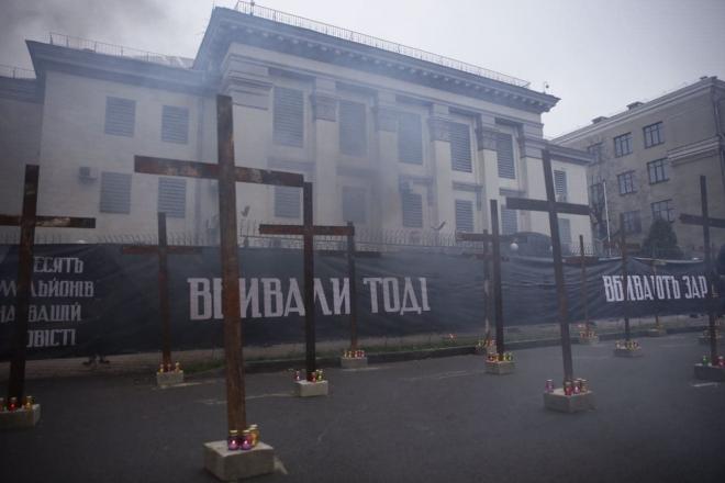 Під посольством РФ у Києві встановили 33 залізні хрести