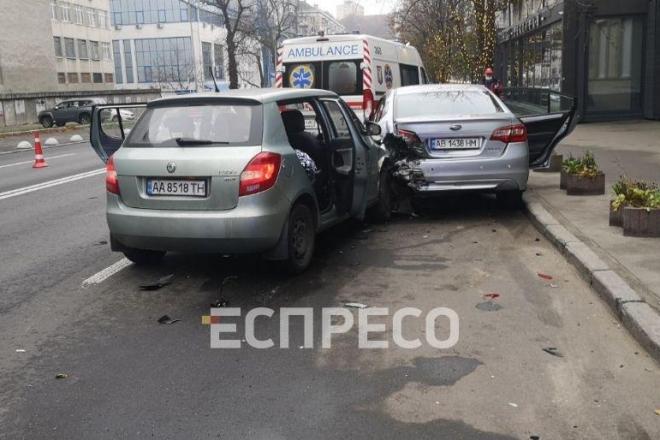 ДТП на Кловському узвозі. Таксист заснув за кермом, що призвело до смерті пасажирки