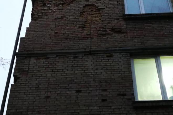 В будинку на Печерську з опорної стіни випадають цеглини. Будівля розвалюється на очах (ФОТО)