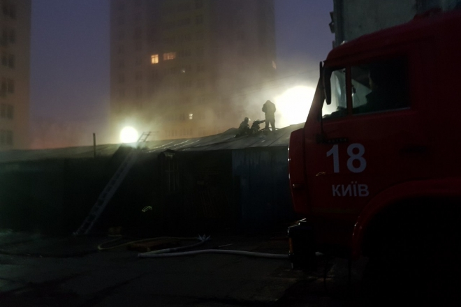 Під вікнами багатоповерхівок на Солом'янці палала СТО