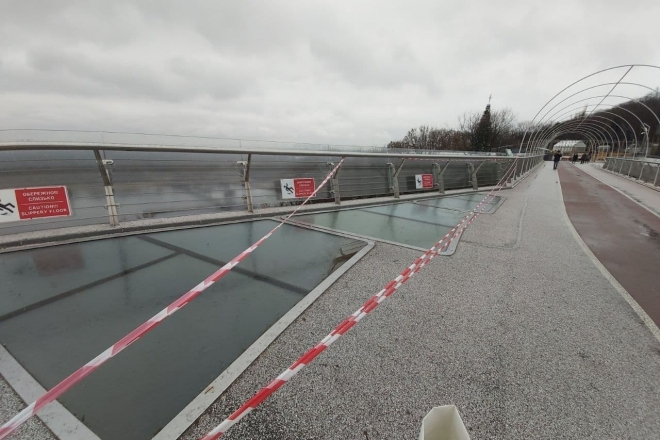 На пішохідно-велосипедному мосту знову тріснуло скло