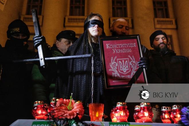 "Активісти принесли труну на Банкову, щоб влаштувати ""похорони правосуддя"""