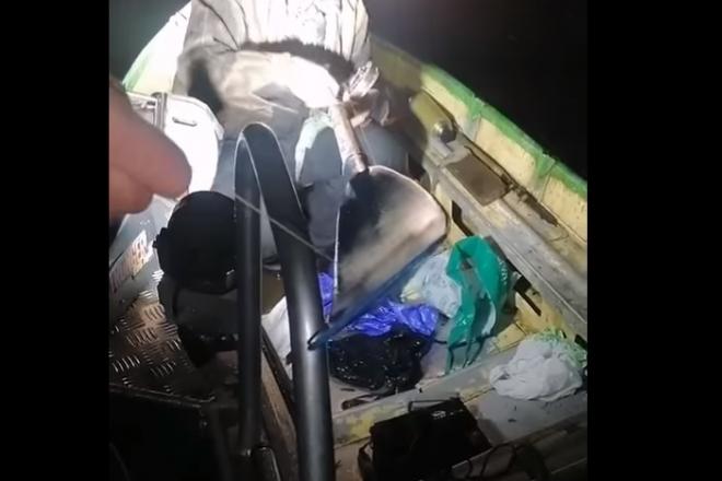 Креативний порушник: на Оболоні чоловік ловив рибу на весла (ВІДЕО)