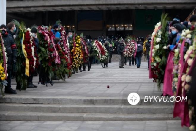 """Прощання з мером Харкова: люди скандували """"спасибі"""" під оплески (ВІДЕО)"""
