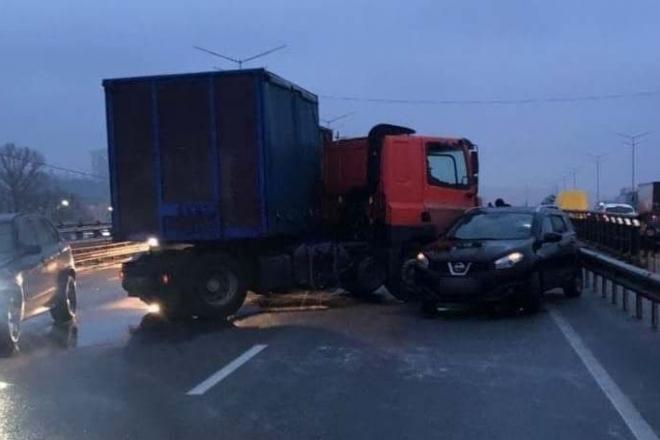 Аварії та ожеледиця паралізували Київ – де не проїдеш