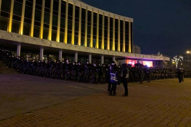 """Фото дня. Вражаюча охорона концерту """"Квартал-95"""" від ФОПів"""