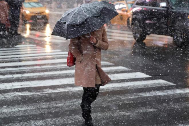 Готові до падінь? Мокрий сніг та ожеледиця знову сунуть на Київ