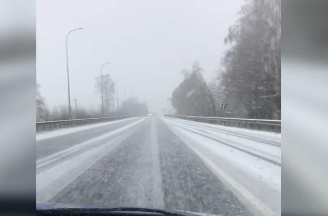 Трасу Київ – Ковель засипає снігом