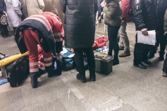"""Людина впала на рейки на станції метро """"Палац спорту"""""""