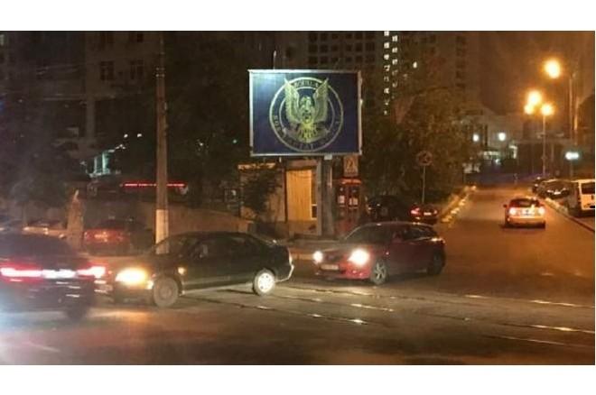 Біля посольства РФ демонтували білборд контррозвідки. Комунальники кажуть – не був офіційно оформлений