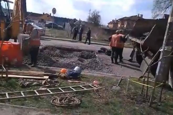 Аварія колектора на Святошині: через провал перекрито півдороги