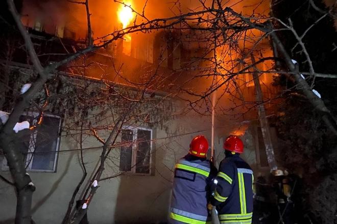 Вогнеборці покрились льодом, але загасили складну пожежу на Дарниці