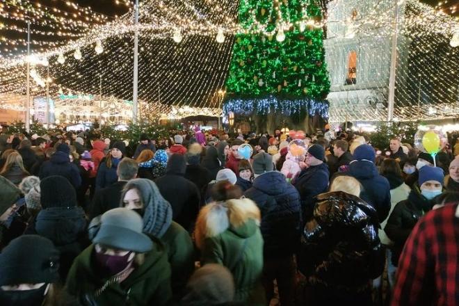 Ялинка і коронавірус: на Софійській площі натовпи людей (ФОТО)