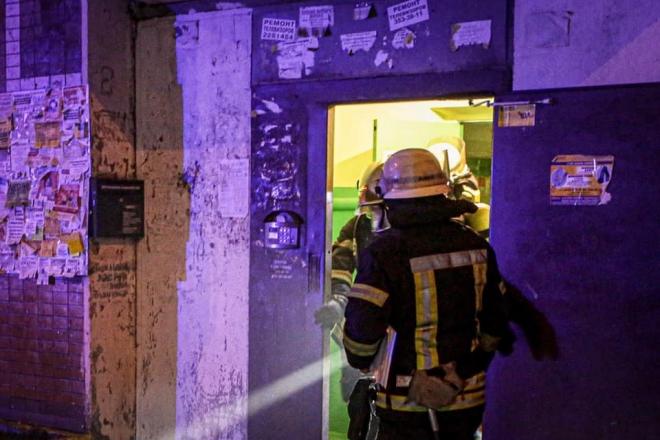 У Києві жінка застрягла в дверях. Довелось викликати рятувальників