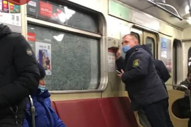 Столичне метро закидали камінням: розбиті вікна, працює поліція