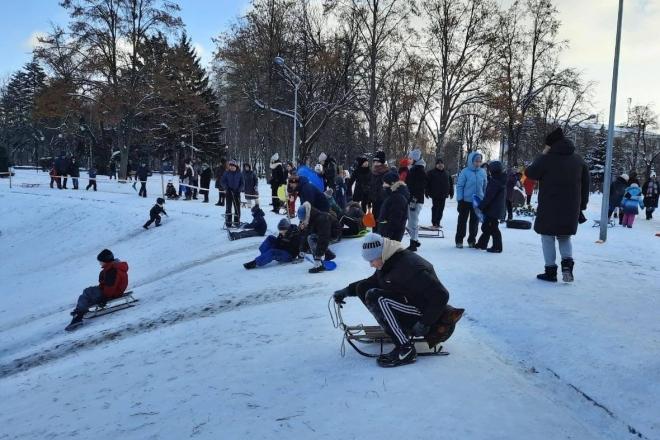 """У парку """"Відрадний"""" діти з гірок летять до озера, яке не замерзло"""