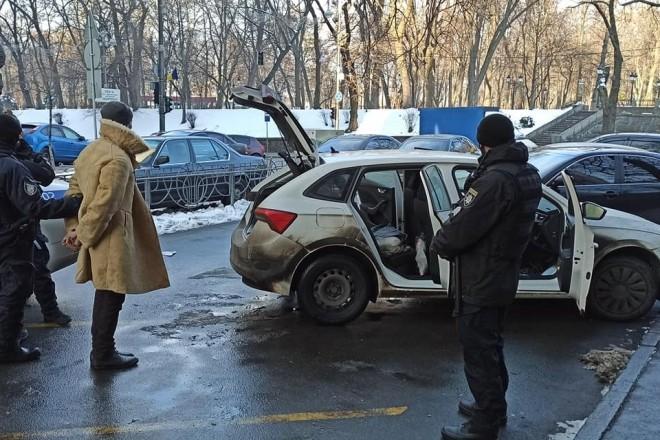 Біля Ради затримали чоловіка в кожусі та з ножем (ФОТО)