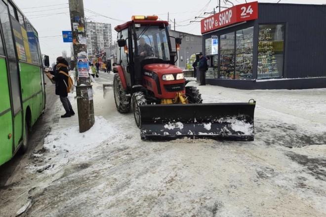 Снігу катма, але ми працюємо. Дорожники вирішили підготувати вулиці до обіцяного снігопаду