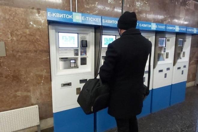 """Почали """"з'їдати"""" гроші. Пасажири метро скаржаться на термінали"""