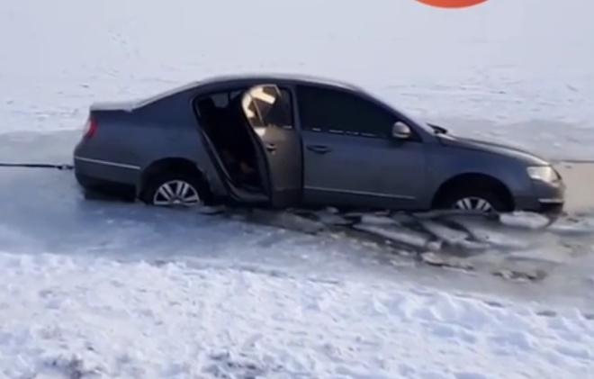 Хотів промчати по озеру. На Райдужному авто провалилося під кригу (ВІДЕО)