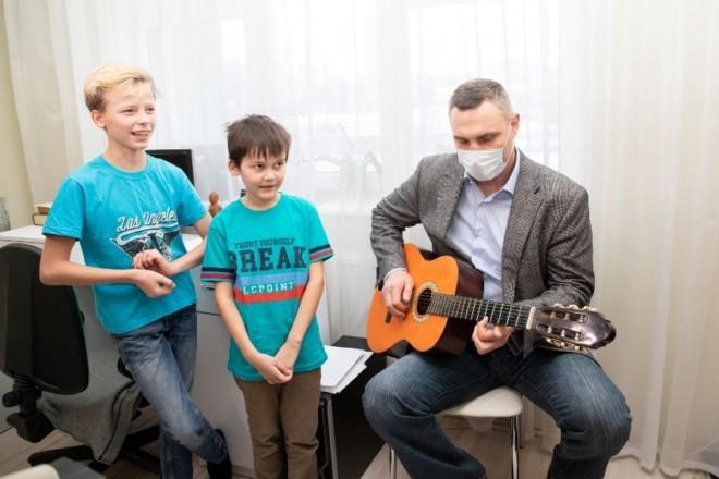 Дві родини киян виховують 11 дітей-сиріт. Кличко сходив до них на новосілля та зіграв на гітарі (ФОТО)