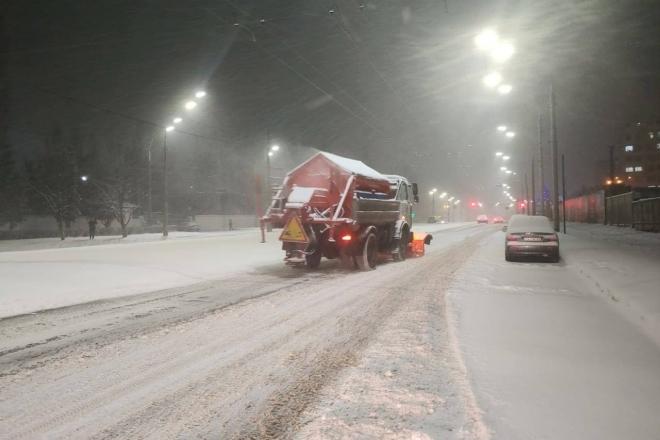Сипле й сипле. У Києві повторно прибирають сніг, а вночі виїдуть колони техніки (ФОТО)