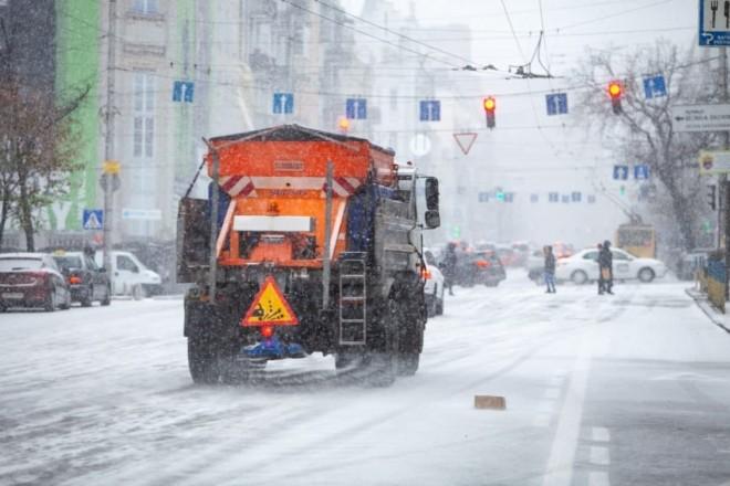 Ніч була щедрою на сніг: дороги розчищають біля 450 спецмашин