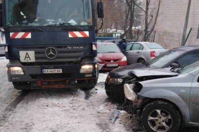 На Лук'янівській сміттєвоз протаранив десяток машин (ФОТО)