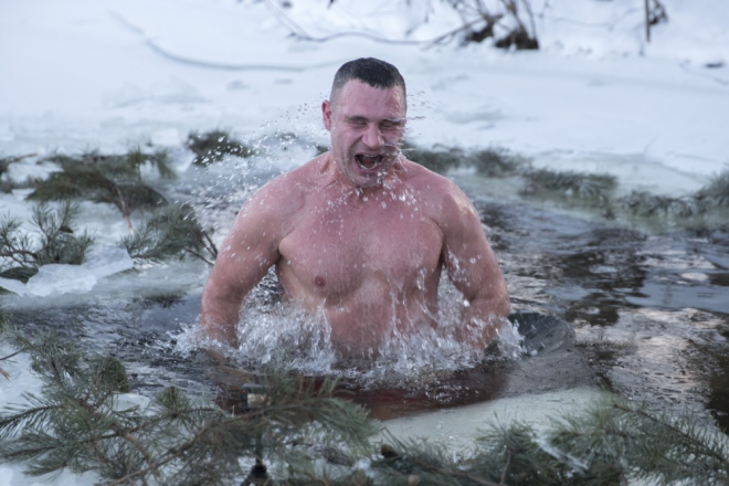 Кличко привітав киян з Водохрещем і теж пірнув у ополонку (ВІДЕО)