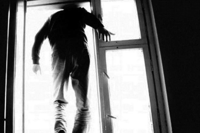 Патрульні вмовили чоловіка не стрибати з 8-го поверху (ВІДЕО)