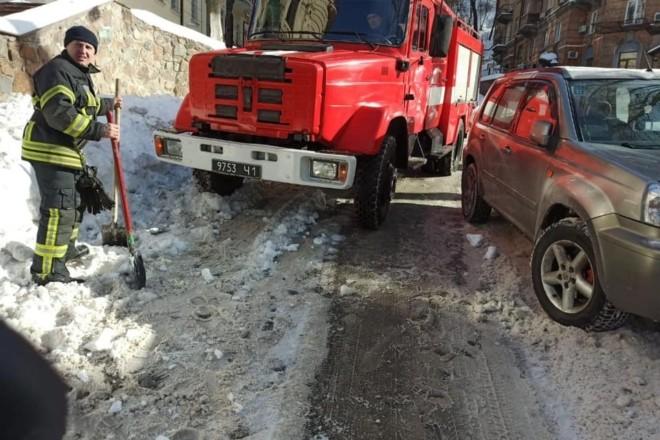 Сніг та автівки. Пожежники присоромили комунальників та недобросовісних водіїв