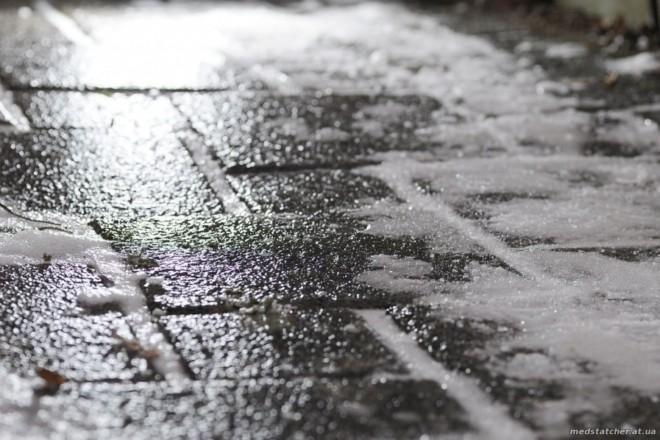 На Дорогожичах чоловік вбився на слизькому тротуарі