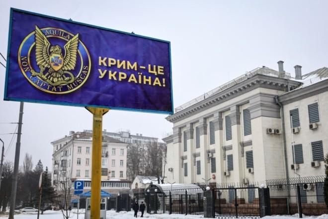 Оберег від агресора: під посольство РФ повернули герб української контррозвідки