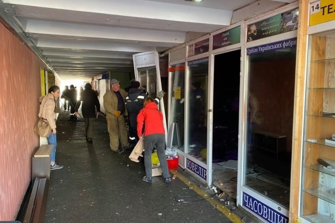 """З підземного переходу на Драгоманова """"виселили"""" торговців"""