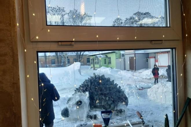 Зима надихає. Фастівчани зліпили із снігу велетенського їжака
