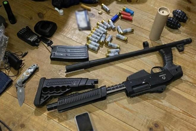 Засідка бойовиків? Поліцейські знайшли зброю у будівлі, яку блокував Нацкорпус