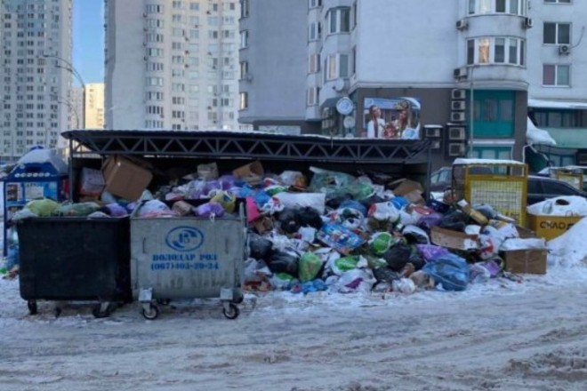 Мешканці жаліються – нічого не відбувається: три райони Києва потонули у смітті (ФОТО)