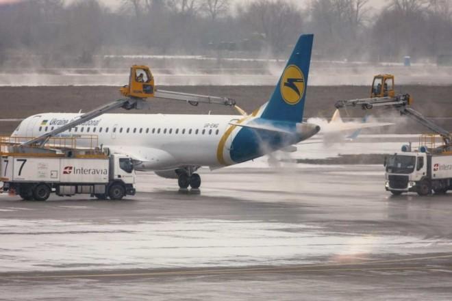 Аеропорт «Бориспіль». Як обробляють літаки від обмерзання (ВІДЕО)