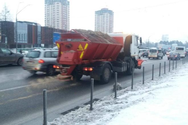 До снігопаду готові: за вихідні висипали тонни солі, дороги обробляють і зараз