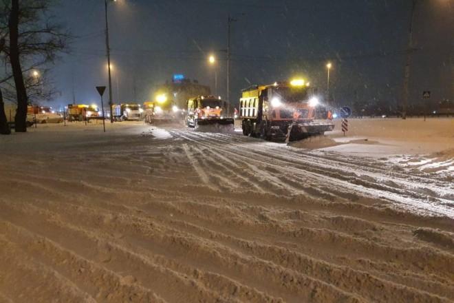 Київ відвойовували зі снігового полону всю ніч, але дороги засипало знову (ФОТО)