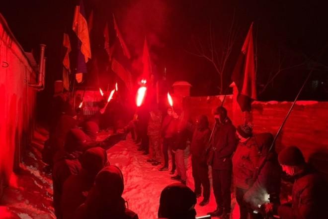 """Активісти навідалися до будинку міністра юстиції та влаштували протест під телеканалом """"Наш"""""""