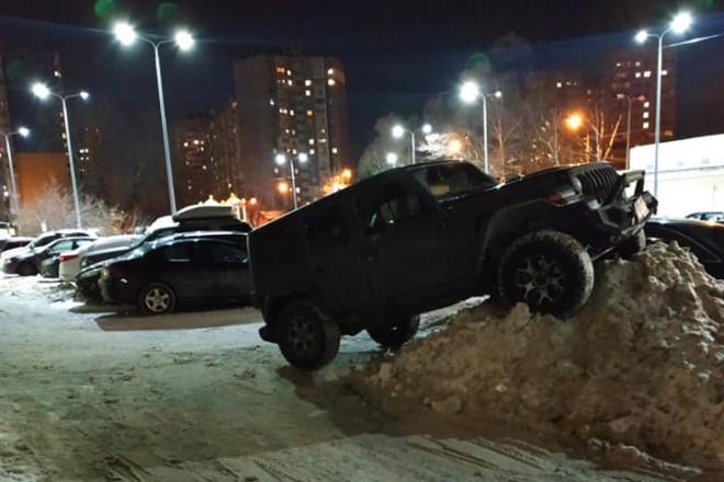 На лівому березі Києва позашляховик припаркувався на кучугурі снігу. Виглядає доволі екзотично